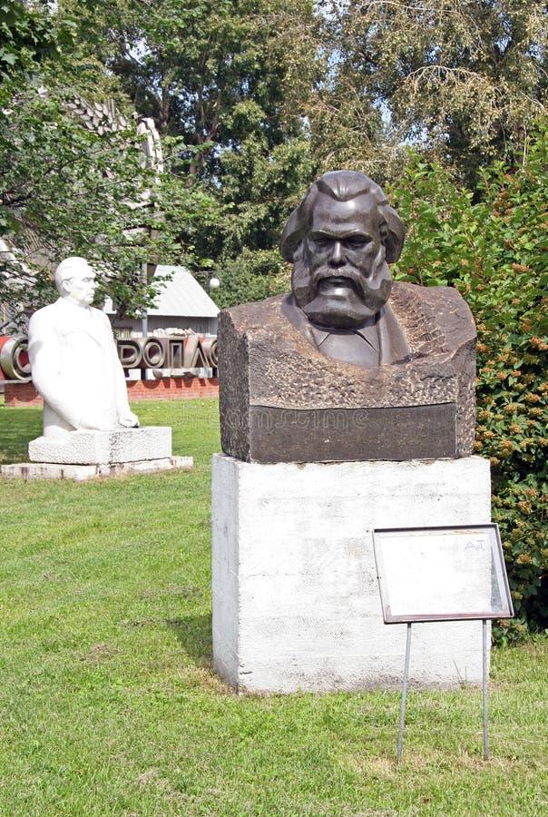 Gamla skulpturer av Karl Marx och Leonid Brezhnev i Muzeon Art Park (den stupade monumentet parkerar), i Moskva arkivbild
