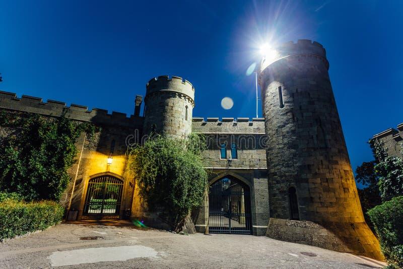 Gamla slottportar på natten Ingång till det tidigare säterit för greveVorontsov ` s, Alupka, Krim royaltyfria bilder
