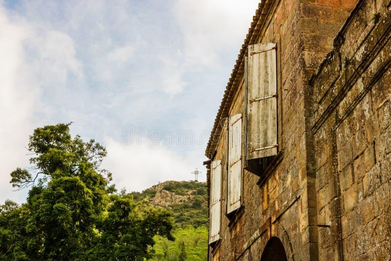 Gamla slutare på gammal kloster för fönsterFontfroide abbotskloster i Frankrike fotografering för bildbyråer