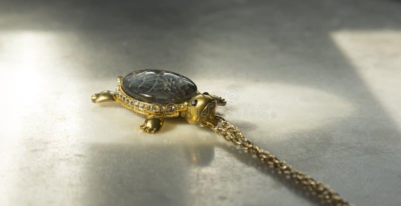 Gamla smycken i form av sköldpadda fotografering för bildbyråer