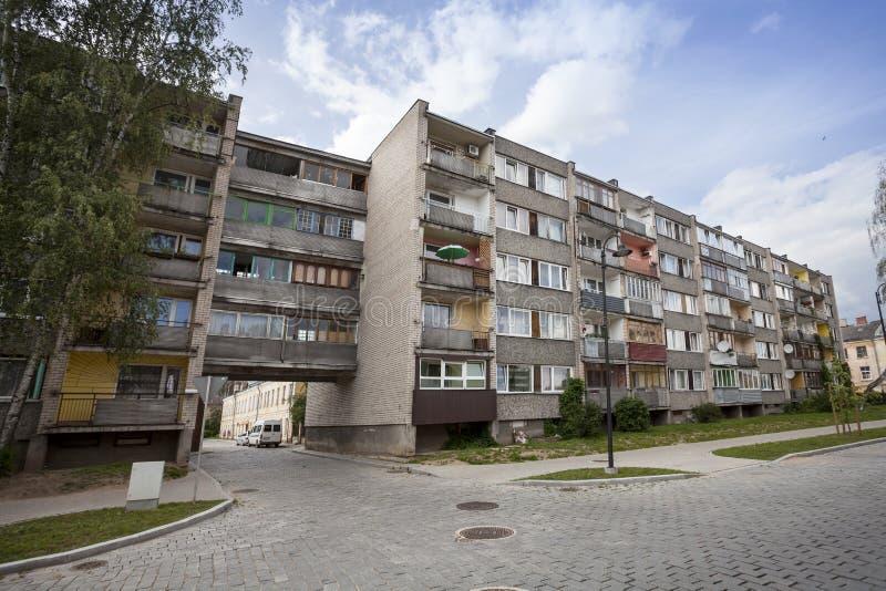 Gamla sovjetiska kvarterlägenheter arkivbilder