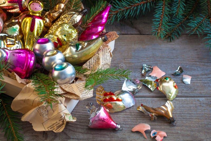 Gamla sovjetiska ryska leksaker för nytt år för jul glass på träbakgrunden med brutna stycken royaltyfri fotografi