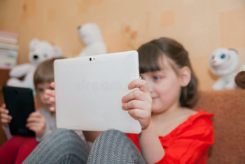 Gamla spela minnestavlor för flickor 5 och 7 år royaltyfri fotografi