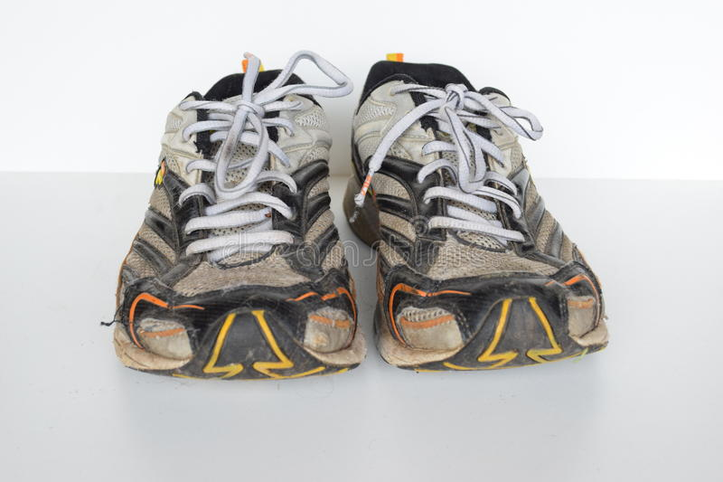 Gamla sportskor, gamla jogga skor, gamla gymnastikskor, slitna ut sportskor, gamla rinnande sportskor royaltyfria foton