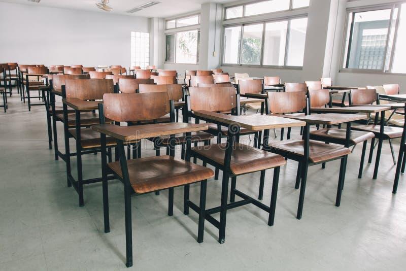 Gamla spridda stolar i klassrumet Student Chair arkivfoto