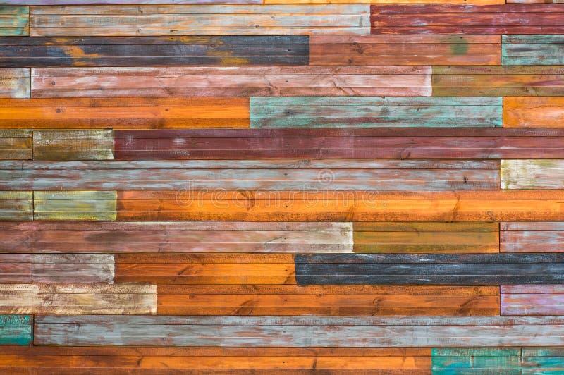 Gamla spruckna bräden med skalningsmålarfärg fotografering för bildbyråer
