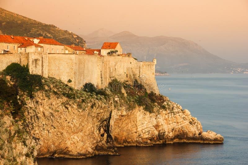 Gamla stad- och stadsväggar dubrovnik croatia arkivbilder