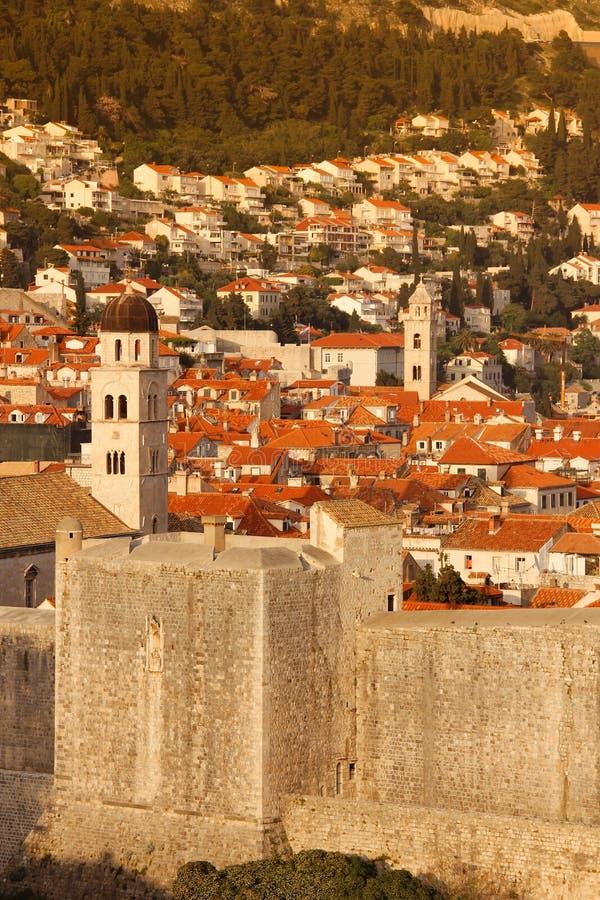 Gamla stad- och stadsväggar dubrovnik croatia arkivfoto