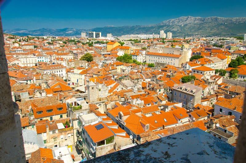 Gamla stadsbyggnader med orange tak och den flyg- panoramautsikten för det Mosor berget från det venetian tornet för den helgonDo royaltyfri foto
