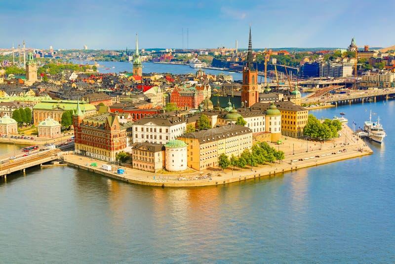 Gamla Stan, het oude deel van Stockholm in een zonnige de zomerdag, Zweden Luchtmening van het Stadhuis Stadshuset van Stockholm stock foto