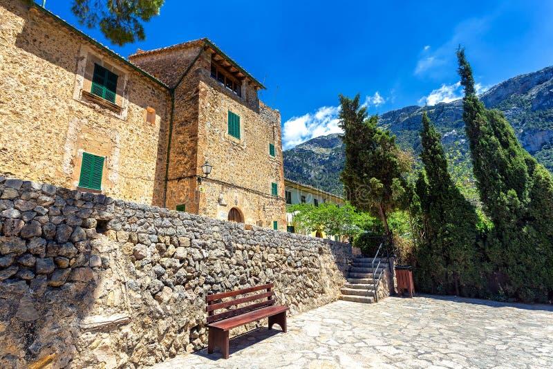 Gamla stenbyggnader i liten stad av Deia, Mallorca royaltyfri foto