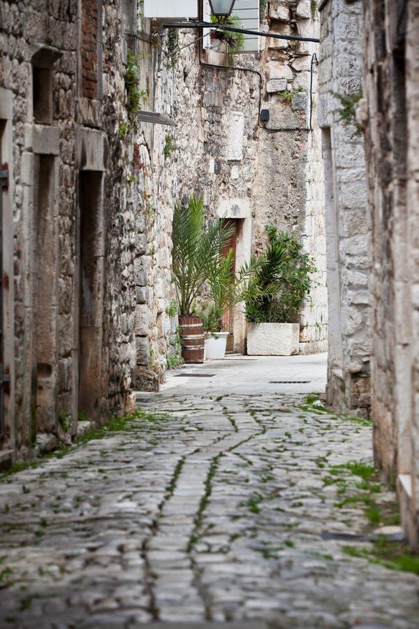 Gamla stengator av Trogir, Kroatien royaltyfria bilder