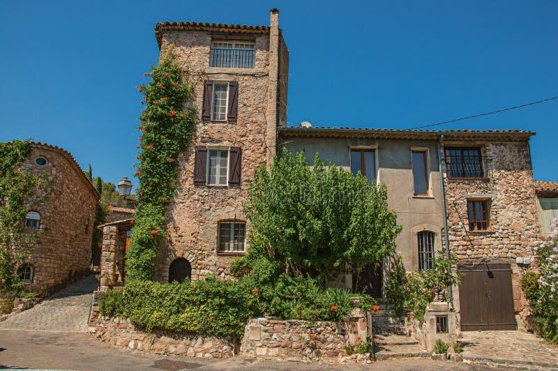 Gamla stenhus i gränd på den Les Arcs-sur-Argens arkivfoton