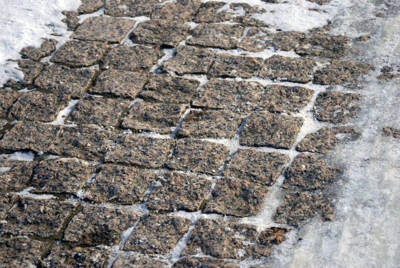 Gamla stenmoment som täckas av snön arkivfoton
