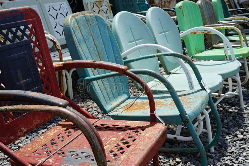 Gamla stolar för tappningmetallgräsmatta arkivfoto