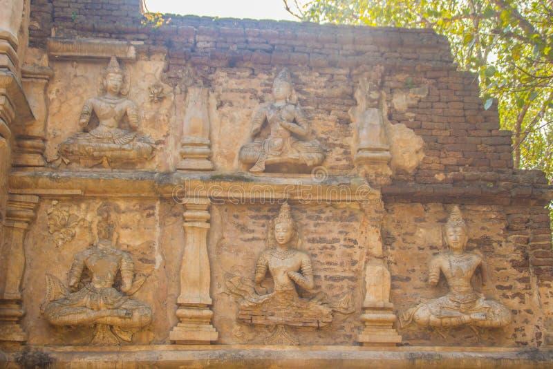 Gamla stuckaturBuddha- och ängeldiagram på förutom Maha Chedi av Wat Chet Yot (Wat Jed Yod) eller Wat Photharam Maha Vihara, t arkivbilder