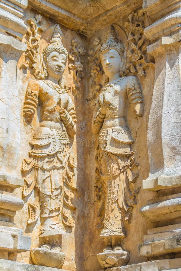 Gamla stuckaturBuddha- och ängeldiagram på förutom Maha Chedi av Wat Chet Yot (Wat Jed Yod) eller Wat Photharam Maha Vihara, t fotografering för bildbyråer