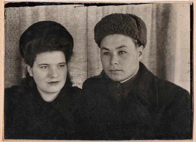 Gamla svartvita fotografier av ett ungt par royaltyfri foto