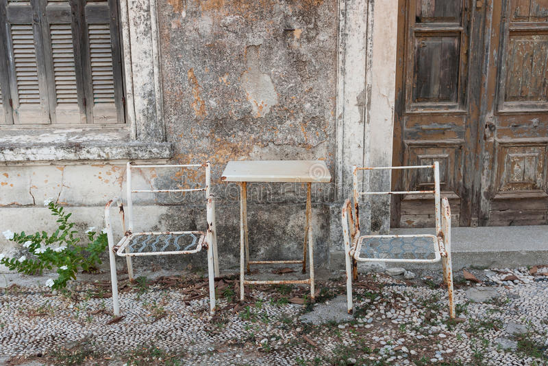 Gamla tabell och stolar arkivbild