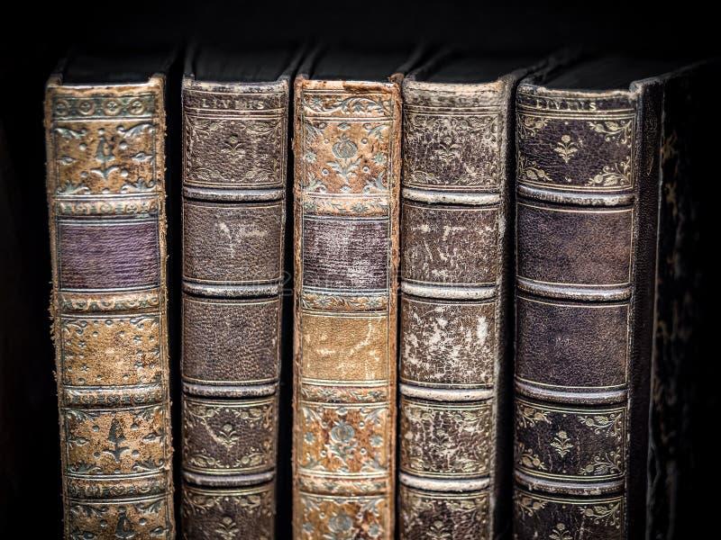 Gamla tappningböcker på svart texturerad bakgrund royaltyfri fotografi
