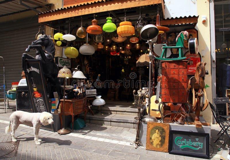 Gamla tappninglampor, leksaker, möblemang och annan personal på den Jaffa loppan royaltyfri fotografi