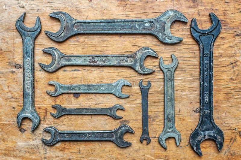 Gamla tappningskiftnycklar på träbakgrund Top beskådar arkivbild