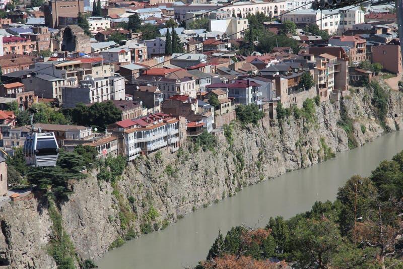 Gamla Tbilisi, slangar på kanten av klippan royaltyfri foto