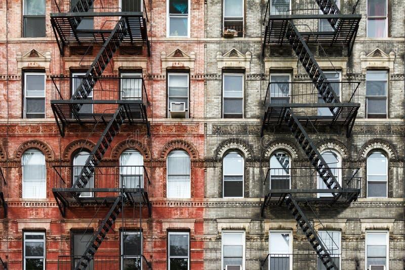 Gamla tegelstenhyreshusar i New York City royaltyfri foto