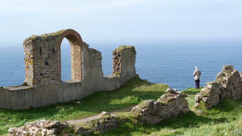 Gamla Tin Mine återstår på klippor i Cornwall UK royaltyfria bilder