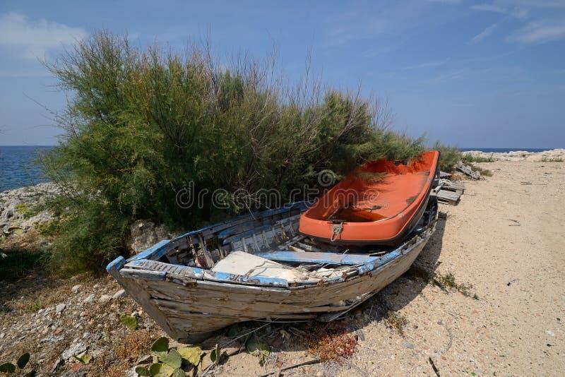 Gamla trä- och plast- fartyg som överges på kusten royaltyfri fotografi