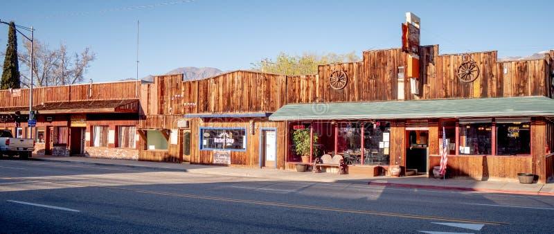 Gamla träbyggnader i den historiska byn av ensamt sörjer - ENSAMT SÖRJA CA, USA - MARS 29, 2019 fotografering för bildbyråer