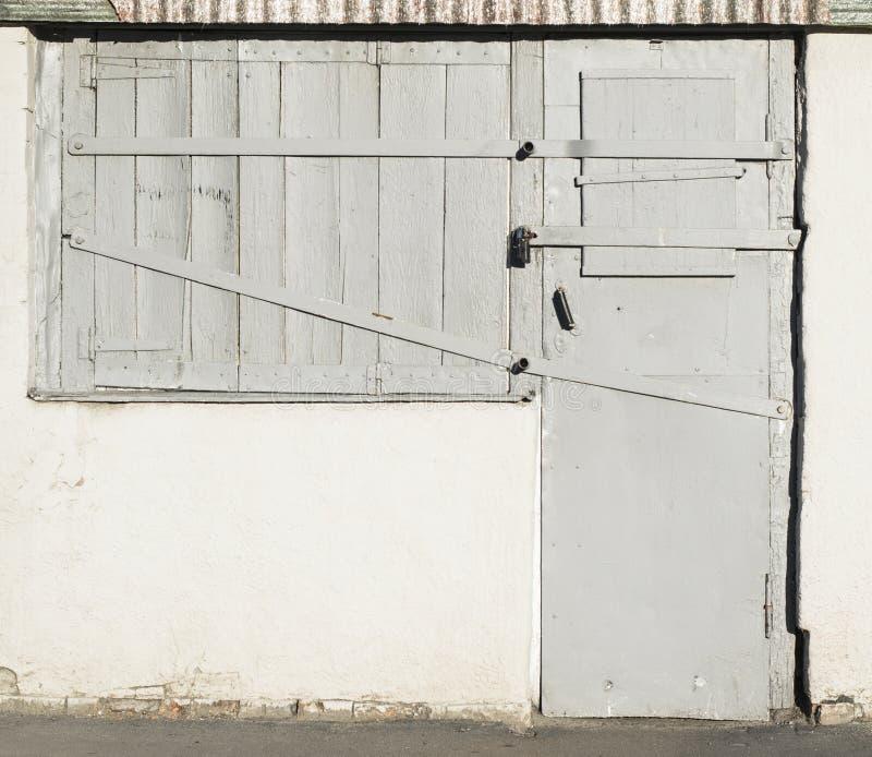 Gamla trädörrar och fönster med metallinlägg arkivfoto