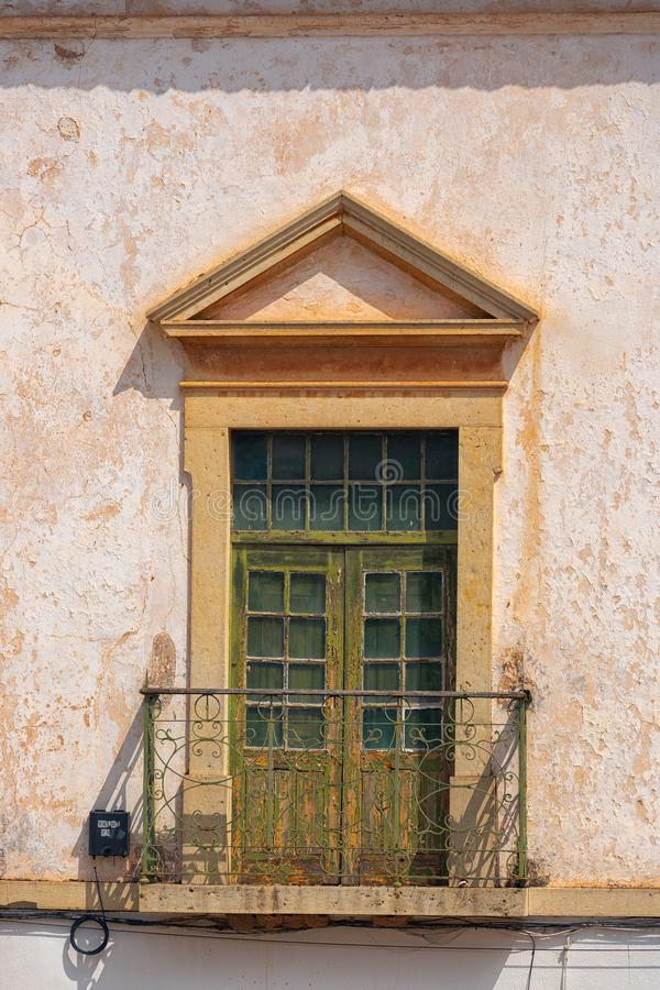 Gamla träfönster i Silves, Algarve - Portugal arkivfoton