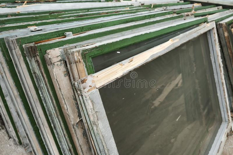 Gamla träfönsterramar med exponeringsglas royaltyfri foto