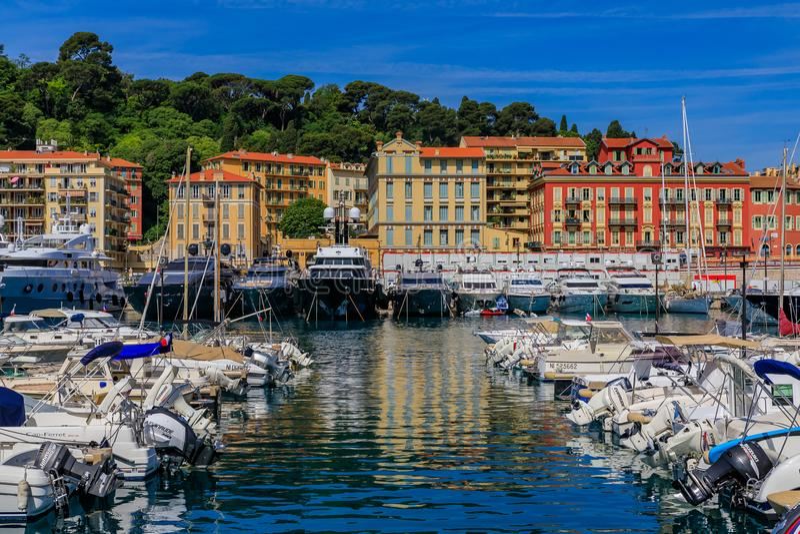 Gamla träfartyg i Lympia port i trevliga Frankrike royaltyfri foto