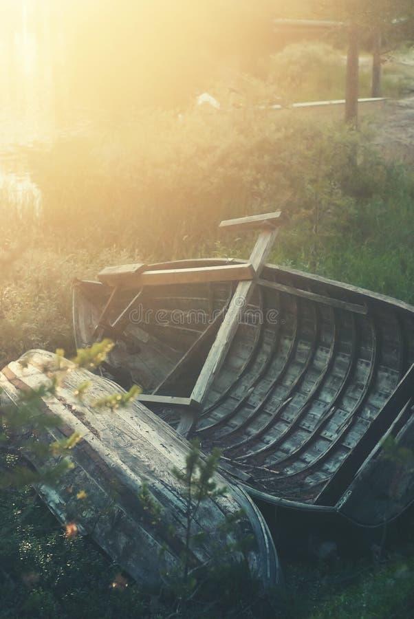 Gamla träfartyg på kust arkivfoton