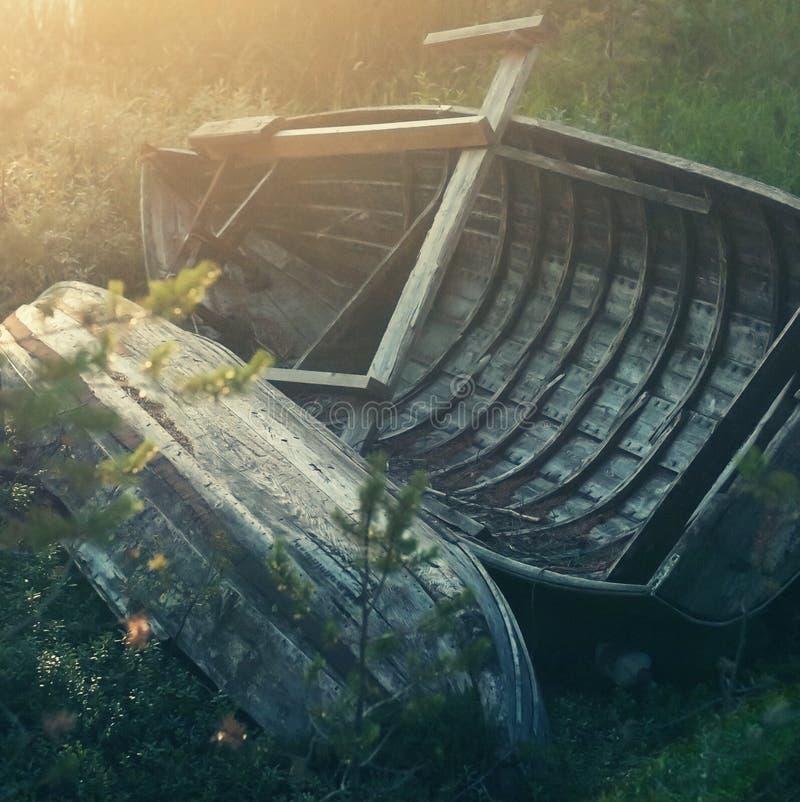 Gamla träfartyg på kust arkivbilder