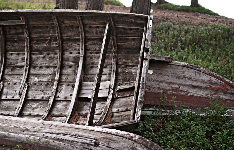 Gamla träfartyg på kust fotografering för bildbyråer