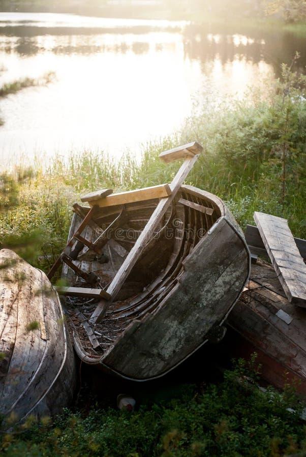Gamla träfartyg på kust arkivfoto