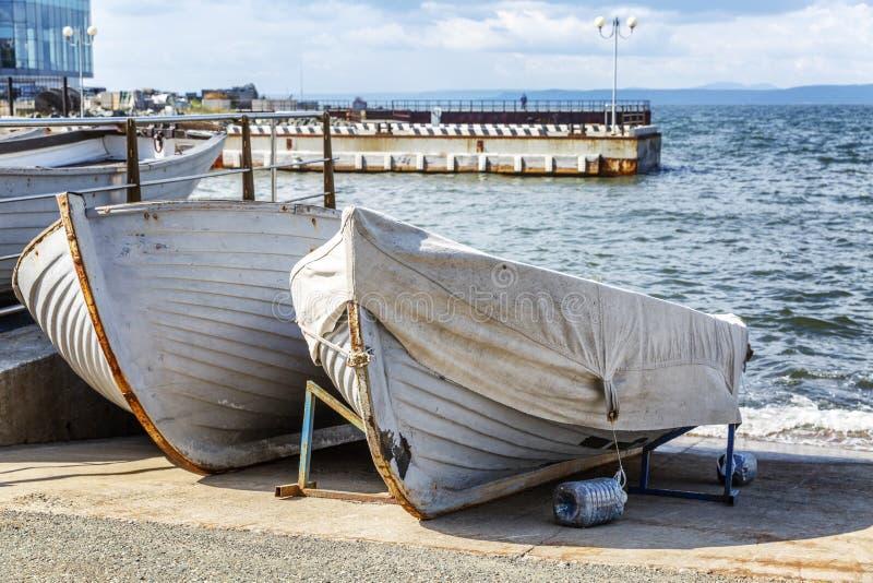 Gamla träfartyg på kusten på stadspromenaden arkivfoton