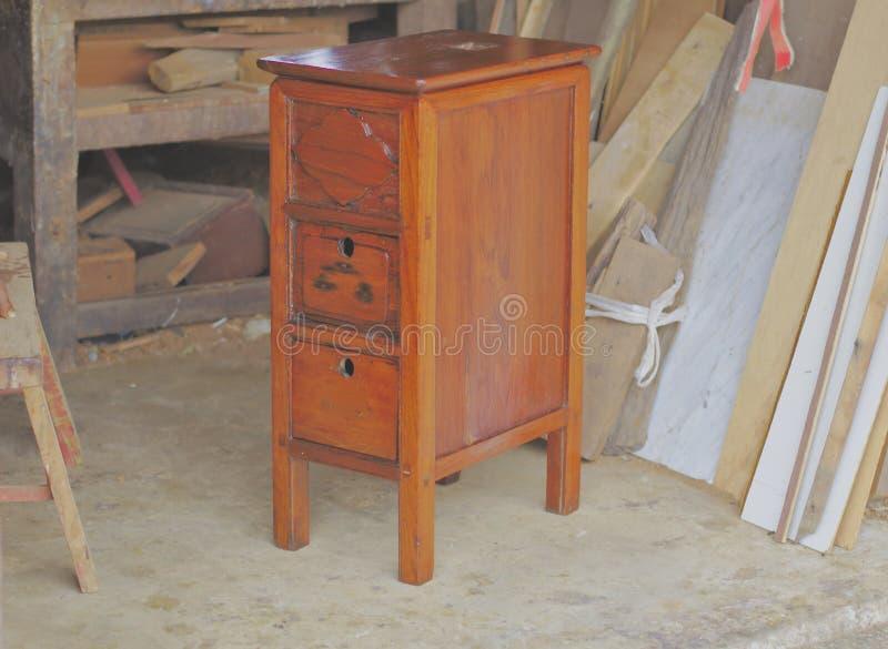 Gamla träkabinetter efter reparationen som in ser det moderna kabinettet, tre enheter, antikt sänghuvud, thailändskt trämöblemang royaltyfria bilder