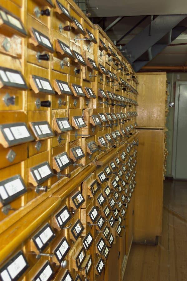 Gamla trämappkabinetter med etiketter arkivbilder