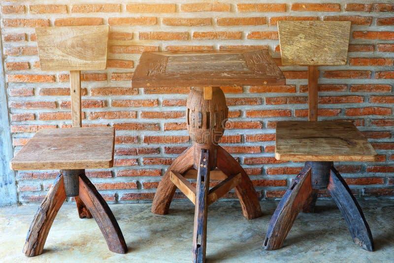 Gamla trästolar och tabeller, härlig design, tappningstil, uppsättning för kaffetabell, bakgrund för tegelstenvägg royaltyfria foton