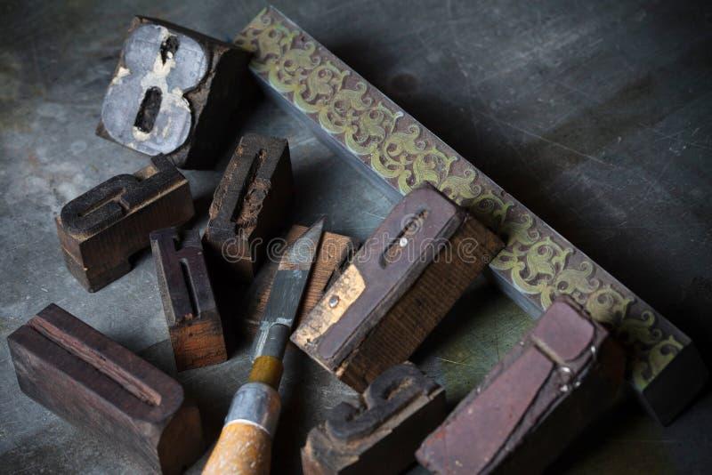 Gamla trätryckpressbokstäver arkivfoton