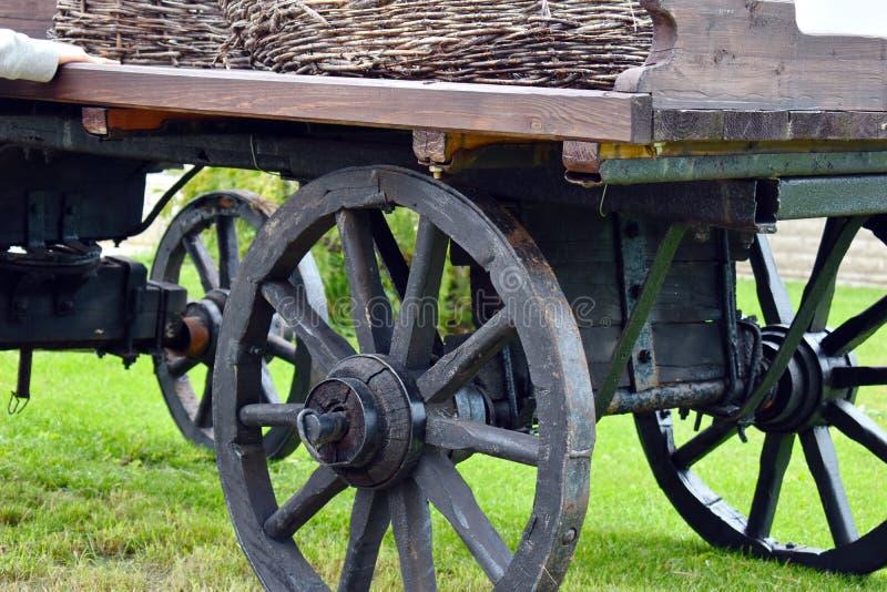 Gamla trävagnshjul för en häst royaltyfri foto