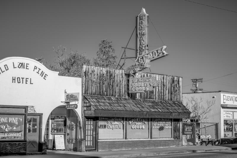 Gamla tr?byggnader i den historiska byn av ensamt s?rjer - ENSAMT S?RJA CA, USA - MARS 29, 2019 royaltyfri bild