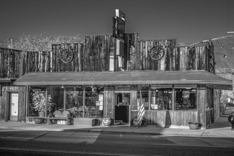 Gamla tr?byggnader i den historiska byn av ensamt s?rjer - ENSAMT S?RJA CA, USA - MARS 29, 2019 fotografering för bildbyråer