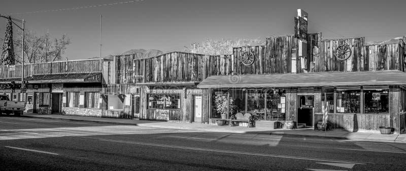 Gamla tr?byggnader i den historiska byn av ensamt s?rjer - ENSAMT S?RJA CA, USA - MARS 29, 2019 royaltyfri foto