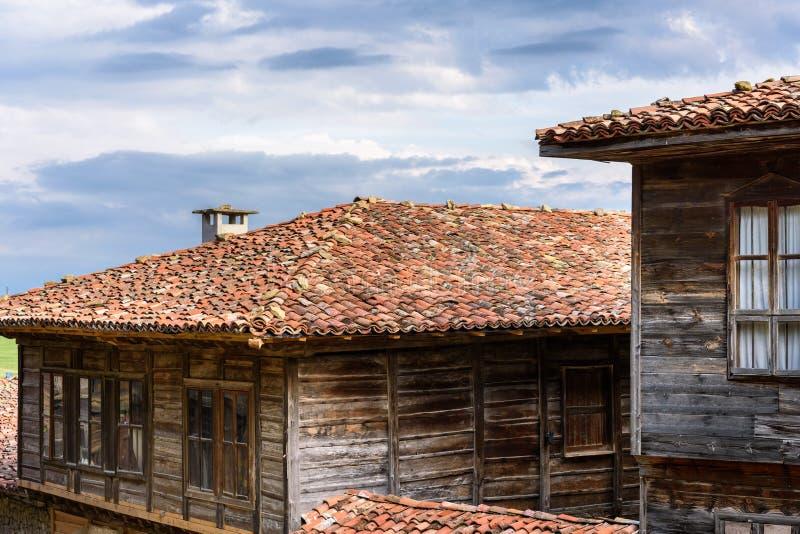 Gamla traditionella lantliga hus i Zheravna, Bulgarien royaltyfri foto
