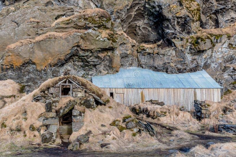 Gamla traditionella torvahus på Drangurinn i Drangshlid, Island royaltyfri foto